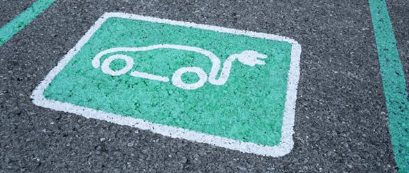 Marquage au sol pour signaler un emplacement de voiture électrique faible en émission de CO2