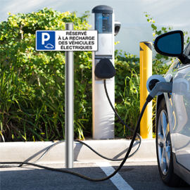 Des bornes de recharge pour véhicules électriques sur toutes les autoroutes en 2023